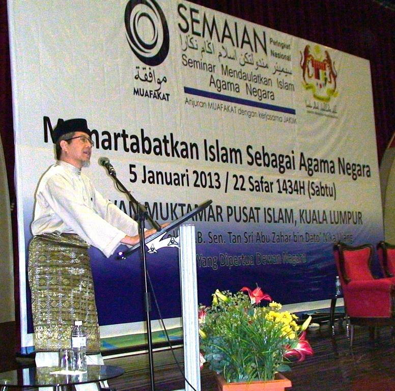 Director of the seminar, Haji Mohd Amin Hashim (deputy president of MUAFAKAT) giving his closing speech  during the SEMAIAN at the Dewan Muktamar, Pusat Islam.