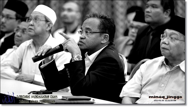 Uncle Nasharuddin Mat Isa giving his opinion about the memorandum during the Majlis Taklimat Draf Asas Memorandum Kepada Majlis Raja-Raja Berhubung Isu Memepertahankan Kesucian Nama Allah.