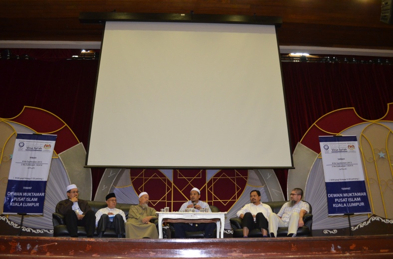 The row of speakers during the question and answer session during the Seminar Mendepani Virus Syiah at the Dewan Muktamar, Pusat Islam.