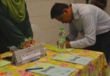 A person registering to attend the Wacana Liberalisme: Agenda Jahat Illuminati, Kompleks Islam Putrajaya, 17th January 2017.