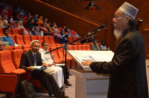 MUAFAKAT's president, Ustaz Ismail Mina Ahmad delivering the opening speech at the Wacana Liberalisme: Agenda Jahat Illuminati, Kompleks Islam Putrajaya, 17th January 2017.