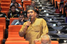 A participant of the discourse asking a question to the speakers during the questions and answers session. Wacana Liberalisme: Agenda Jahat Illuminati, Kompleks Islam Putrajaya, 17th January 2017.Kompleks Islam Putrajaya 17th January 2017.