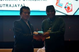 The director of the event, MUAFAKAT's Yasin Baboo (r) presenting a souvenir to Ustaz Muhammad Rashidi at the Wacana Liberalisme: Agenda Jahat Illuminati, Kompleks Islam Putrajaya, 17th January 2017.