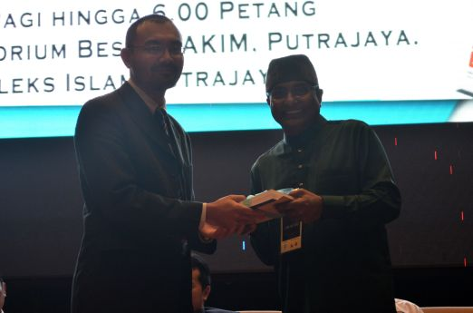 The director of the event, MUAFAKAT's Yasin Baboo (r) presenting a souvenir to Dr. Wan Adli Wan Ramli at the Wacana Liberalisme: Agenda Jahat Illuminati, Kompleks Islam Putrajaya, 17th January 2017.