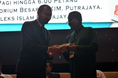 The director of the event, MUAFAKAT's Yasin Baboo (r) presenting a souvenir to Dr. Wan Adli Wan Ramli at the Wacana Liberalisme: Agenda Jahat Illuminati, Kompleks Islam Putrajaya, 17th January 2017.
