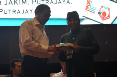 The director of the event, MUAFAKAT's Yasin Baboo (r) presenting a souvenir to Hj. Azhar bin Hj. Ahmad at the Wacana Liberalisme: Agenda Jahat Illuminati, Kompleks Islam Putrajaya, 17th January 2017.