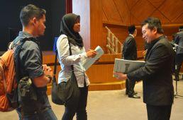 Reporters asking a question to Ustaz Muhammad Rashidi at the Wacana Liberalisme: Agenda Jahat Illuminati, Kompleks Islam Putrajaya, 17th January 2017.