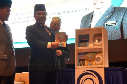 Malaysian minister of Islamic Affairs, YB Mejar Jeneral (B) Dato' Seri Jamil Khir Baharom launching MUAFAKAT's new books at the Wacana Liberalisme: Agenda Jahat Illuminati, Kompleks Islam Putrajaya, 17th January 2017.