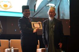 Malaysian minister of Islamic Affairs, YB Mejar Jeneral (B) Dato' Seri Jamil Khir Baharom receiving a souvenir from MUAFAKAT at the Wacana Liberalisme: Agenda Jahat Illuminati, Kompleks Islam Putrajaya, 17th January 2017.