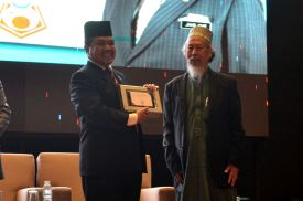 Malaysian minister of Islamic Affairs, YB Mejar Jeneral (B) Dato' Seri Jamil Khir Baharom receiving a souvenir from MUAFAKAT at the Wacana Liberalisme: Agenda Jahat Illuminati, Kompleks Islam Putrajaya, 17th January 2017.