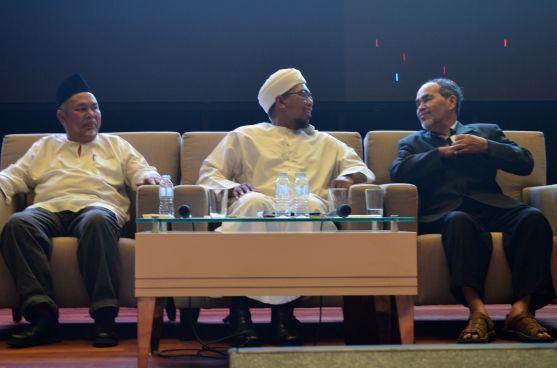 From left: Ustaz Sahri Abd. Rahman (Institut Pemikiran Tradisional Islam (IPTI)), Dr. Shafaai bin Musa (Universiti Islam Antarabangsa Malaysia (UIAM)), Prof. Datuk Dr. Sidek Baba (Universiti Islam Antarabangsa Malaysia (UIAM)), during the Wacana Liberalisme: Agenda Jahat Illuminati, Kompleks Islam Putrajaya, 17th January 2017.