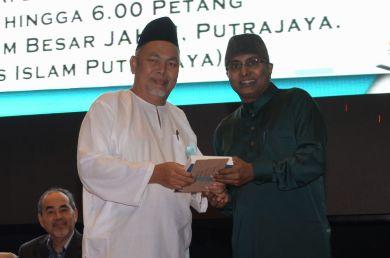 The director of the event, MUAFAKAT's Yasin Baboo (r) presenting a souvenir to Ustaz Sahri Abd. Rahman during the Wacana Liberalisme: Agenda Jahat Illuminati, Kompleks Islam Putrajaya, 17th January 2017.
