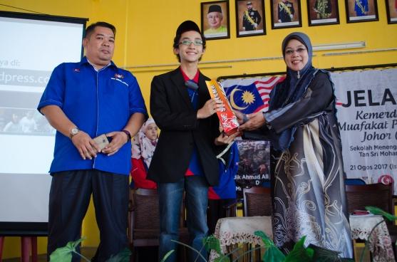 Ahmad Ali menerima cenderamata daripada Rosaini Ahmad, pengetua SMK Tan Sri Mohamed Rahmat, semasa program Jelajah Kemerdekaan MPJ.