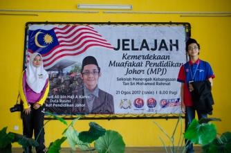 Salah seorang anak murid SMK Tan Sri Mohamed Rahmat bergambar bersama Ahmad Ali selepas selesai program Jelajah Kemerdekaan MPJ, SMK Tan Sri Mohamed Rahmat, Johor Bahru, Johor.