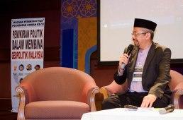 The moderator of the discourse, Tuan Hj. Mahmud (MUAFAKAT), during the Wacana Pemikiran Politik Dalam Membina Geopolitik Malaysia which was held at Masjid Putra, Putrajaya.