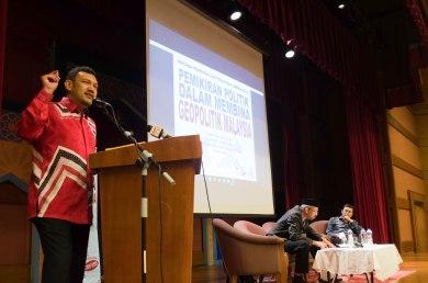 Dato' Dr. Wan Ahmad Fauzi Wan Husain (Ketua Lajnah Strategik, Majlis Ittihad Ummah), presenting his paper during the Wacana Pemikiran Politik Dalam Membina Geopolitik Malaysia which was held at Masjid Putra, Putrajaya on 6th March 2018.