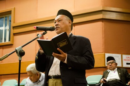 A participant asking a question during the first round of questions and answers during the Wacana Pemikiran Politik Dalam Membina Geopolitik Malaysia which was held at Masjid Putra, Putrajaya on 6th March 2018.