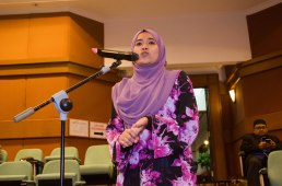 A participant asking a question during the third round of questions and answers during the Wacana Pemikiran Politik Dalam Membina Geopolitik Malaysia which was held at Masjid Putra, Putrajaya on 6th March 2018.